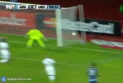 Enlace a GIF: Gol del Kun Agüero que hace el 1-0 frente a Uruguay