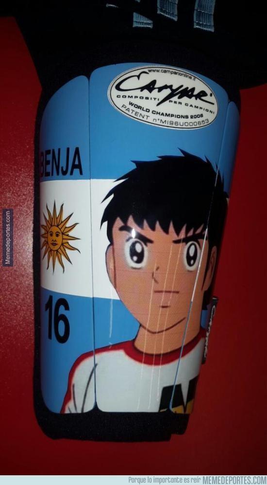 589290 - Las espinilleras que usó el Kun Agüero en el partido Argentina-Uruguay. Le dieron suerte al parecer