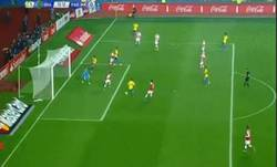 Enlace a GIF: Gol de Robinho que adelanta a Brasil ante Paraguay