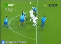 Enlace a GIF: Recordamos un golazo entre Ronaldo y Raúl en un partido