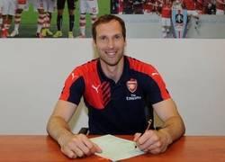 Enlace a Cech firma con el Arsenal. Imagen muy rara para todos