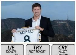Enlace a Aficionados del Liverpool al ver la presentación de Gerrard