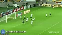 Enlace a GIF: Genialidad de Fred que falla un gol en la línea