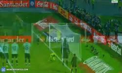 Enlace a GIF: Higuaín manda el penalti a las nubes