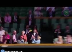 Enlace a GIF: El momento en que David Beckham, recogepelotas de lujo, recoge la pelota en Wimbledon