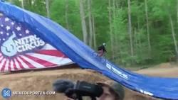 Enlace a GIF: Jed Mildon consigue el primer cuádruple backflip con BMX de la historia