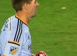 Enlace a Gerrard no se olvida de donde viene, escudo del Liverpool FC en sus espinilleras