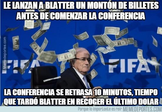 627950 - Le lanzan a Blatter un montón de billetes antes de comenzar la conferencia