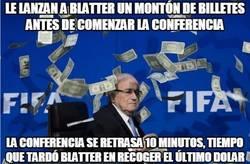 Enlace a Le lanzan a Blatter un montón de billetes antes de comenzar la conferencia