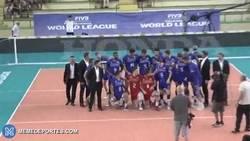 Enlace a GIF: Rémi Gaillard se cuela en la foto de equipo de los campeones del mundo de volleyball