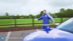 Enlace a GIF: Diego Costa y Azpilicueta tunean el coche de Hazard