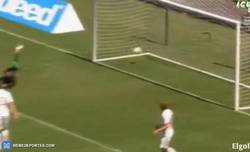 Enlace a GIF: Golazo de Rafinha frente al Manchester United