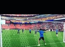 Enlace a GIF: Mundo paralelo: Luis Suárez le para un penalti a Ter Stegen