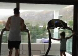 Enlace a GIF: Messi motivando a Thiago para ser igual que su padre