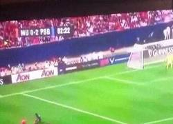 Enlace a GIF: Momento cómico del día: Luke Shaw dejando por el suelo a 3 jugadores del PSG