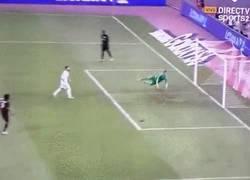 Enlace a GIF: El paradón de Casilla a Bacca