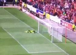 Enlace a GIF: Golazo de Benteke en su primer partido con Liverpool