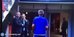 Enlace a GIF: Mourinho le lanzó la medalla de subcampeón al público
