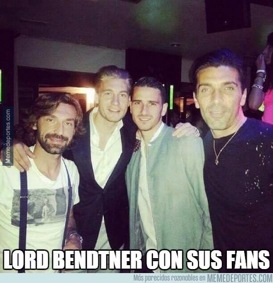 649012 - Lord Bendtner con sus fans, algunos son muy suertudos