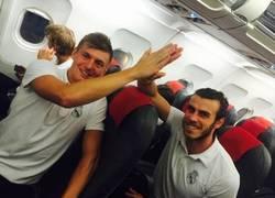Enlace a Finalmente, Toni Kroos le chocó la mano a Bale en el avión