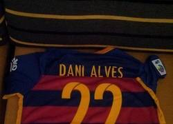 Enlace a Comprarte la camiseta de Alves y que se cambie el número