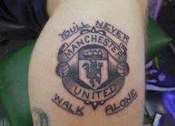 Enlace a Fan de Manchester United se tatúa frase del Liverpool (????)