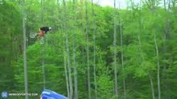 Enlace a GIF: Y así es como se hace un cuádruple salto mortal con una BMX