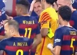 Enlace a GIF: Puede parecer agua, pero al tocar a Neymar se convierte en ácido corrosivo