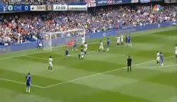 Enlace a GIF: Golaaaaaazoo de Oscar para el Chelsea de tiro libre