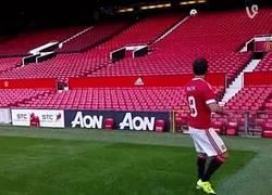 Enlace a GIF: Así pusieron el logo de Adidas a Old Trafford
