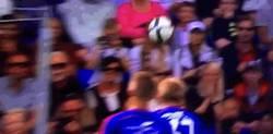 Enlace a GIF: Tremendo balonazo que se ha llevado en la cabeza un aficionado del Valerenga