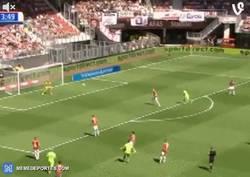 Enlace a GIF: El gol de El Ghazi del Ajax en la Eredivise