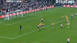 Enlace a GIF: Hattrick de Aduriz al Barça de penalti