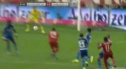 Enlace a GIF: El golazo de Douglas Costa para la manita del Bayern frente al Hamburgo