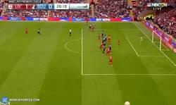Enlace a GIF: Gol de Benteke que adelanta al Liverpool, vaya debut en Anfield!