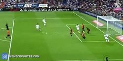 Enlace a GIF: El gran fallo de Cristiano Ronaldo desde casi el punto de penalti