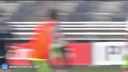 Enlace a GIF: Golazo de chilena de Illaramendi en el entrenamiento del Madrid