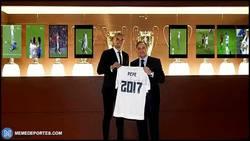 Enlace a GIF: Pepe renueva hasta 2017. La foto con sus trofeos