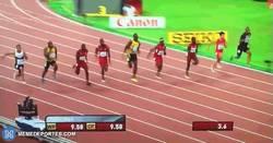 Enlace a GIF: Usain Bolt campeón del mundo de 100m con 9.79. ¡Espectacular!