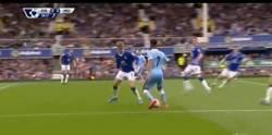 Enlace a GIF: Gol de Kolarov tras asistencia de Sterling