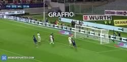 Enlace a GIF: Golazo de Marcos Alonso de tiro libre al Milan