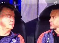 Enlace a GIF: Las miradas entre Van Gaal y Giggs al ver que Chicharito falla el penalti. ¡Brutal!