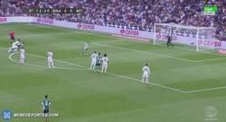 Enlace a GIF: Keylor le para el penalti a Rubén Castro!