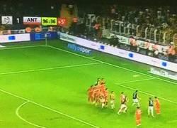Enlace a GIF: El golazo de tiro libre de Nani en el minuto 97 para darle la victoria al Fenerbahçe