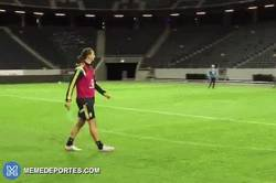 Enlace a GIF: Gol de Zlatan en entrenamiento con la selección sueca