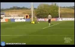 Enlace a GIF: Neymar tuvo que pagar un castigo por no haber podido marcar con un disparo fuera del área