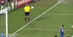 Enlace a GIF: Gran gol de vaselina de Kane para Inglaterra