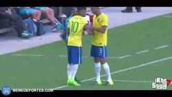 Enlace a GIF: El gran gesto de Joao Miranda con Neymar en el amistoso ante Costa Rica