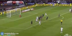 Enlace a GIF: Gol de Müller que se adelante frente a Escocia