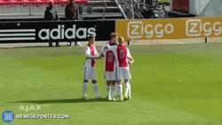 Enlace a GIF: GOLAZO del hijo de Patrick Kluivert en las categorías inferiores del Ajax